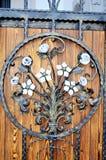 Metallmonteringar på forntida medeltida trädörr Arkivbilder