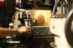 Metallmotordelar som bearbetas med maskin royaltyfri foto