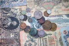 Metallmynt och pappers- sedlar av olika länder royaltyfri foto