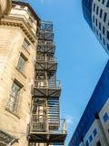 Metallnotausgang-Treppe auf Altbau stockfoto