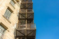 Metallnotausgang-Treppe auf Altbau stockbild