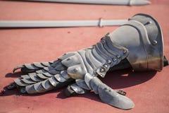 Metallo, armi medievali del ferro, guanti, spade, carreggiate Immagini Stock Libere da Diritti