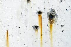 Metallo arrugginito che macchia sulla superficie bianca del muro di cemento immagini stock libere da diritti