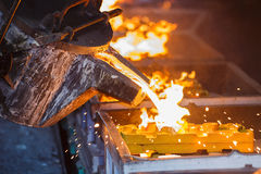 Metallo che versa nel lavoro a catena della colata Fotografia Stock Libera da Diritti