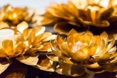 Metallo del fiore di Lotus che scolpisce con la pittura dell'oro lotu dorato della scultura Immagine Stock