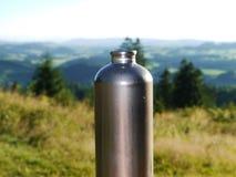 Metallo della bottiglia all'aperto fotografie stock libere da diritti