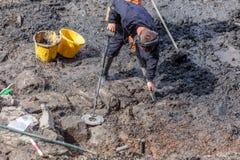 Metallo Detectorist alla vangata archeologica Immagine Stock Libera da Diritti