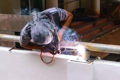 Metallo di collegamento della costruzione della saldatura elettrica di uso del lavoratore Immagini Stock
