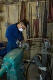 Metallo di lucidatura in workshop fotografia stock libera da diritti