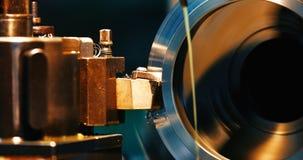 Metallo di rifinitura che lavora alla macchina per la frantumazione di alta precisione in officina Fotografia Stock