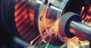 Metallo di rifinitura che lavora alla macchina per la frantumazione di alta precisione in officina Immagine Stock