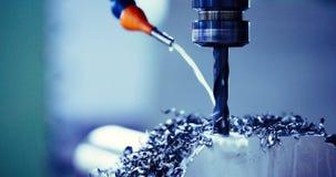 Metallo di rifinitura che lavora alla macchina per la frantumazione di alta precisione in officina Fotografie Stock