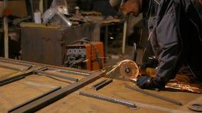 Metallo di sawing del fabbro con la sega circolare della mano video d archivio