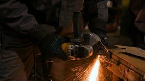 Metallo di sawing del fabbro con la sega circolare della mano archivi video