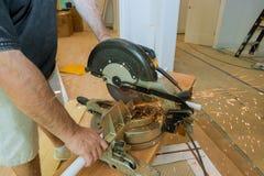 Metallo di sawing dell'artigiano con la smerigliatrice del disco in officina fotografie stock