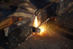 Metallo di taglio con il saldatore del gas Immagine Stock