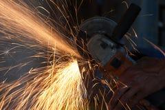 Metallo di taglio con la smerigliatrice fotografia stock libera da diritti