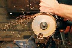 Metallo di taglio con la smerigliatrice di angolo Immagini Stock Libere da Diritti
