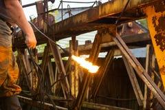 Metallo di taglio con un bruciatore a gas immagine stock libera da diritti