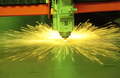 Metallo di taglio del laser fotografie stock libere da diritti