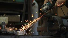 Metallo di taglio del lavoratore con una smerigliatrice stock footage