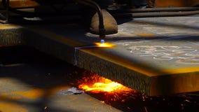 Metallo di taglio del lavoratore con una torcia della fiamma del gas nell'industria metalmeccanica archivi video