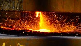 Metallo di taglio del lavoratore con una torcia della fiamma del gas nell'industria metalmeccanica video d archivio