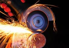 Metallo di taglio dell'operaio con la smerigliatrice fotografie stock libere da diritti