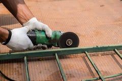 Metallo di taglio dell'operaio con la smerigliatrice Fotografie Stock