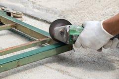 Metallo di taglio dell'operaio con la smerigliatrice Immagine Stock Libera da Diritti