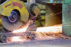 Metallo e scintilla di taglio del lavoratore tramite la tagliatrice Immagini Stock Libere da Diritti