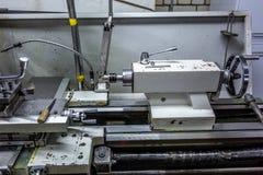 Metallo fabbricante che elabora il fuso professionale della macchina del tornio di CNC fotografie stock libere da diritti