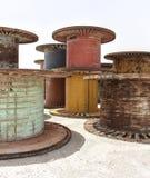 Metallo gigante e bobine di legno delle bobine Immagine Stock Libera da Diritti