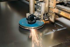 Metallo industriale di taglio a macchina del plasma di CNC o piatto d'acciaio fotografia stock