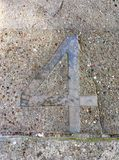 Metallo numero quattro in pavimentazione Fotografie Stock Libere da Diritti