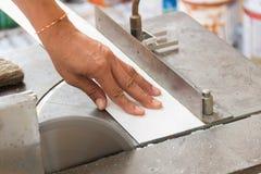 Metallo professionale di taglio del lavoratore con la smerigliatrice Fotografia Stock