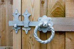 Metallo Ring Latch Fitted su legno Maniglia torta rotonda del metallo Fotografia Stock Libera da Diritti