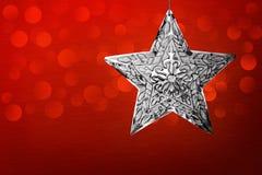 Metallo spazzolato rosso della stella dell'ornamento d'argento di natale Immagine Stock