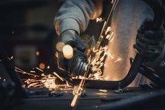 Metallo stridente Il taglio del tubo d'acciaio con il flash delle scintille si chiude su Fotografia Stock Libera da Diritti