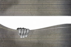Metalloberflächenmonochrom mit der eindrucksvollen Hand Stockfotografie