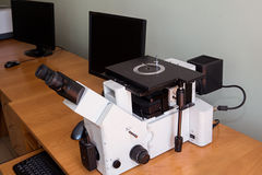Metallografisches Mikroskop und Computer stockbild