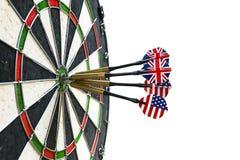 Metallpilar har slågit den röda bullseyen på ett pilbräde framförd modig bild för pilar 3d Pilpil i målmittpilarna i slut för öga Royaltyfria Bilder