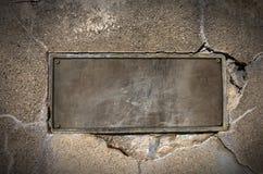 Metallplatte auf Betonmauer Lizenzfreie Stockfotos