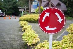 Metallplatte, Verkehrszeichen: Mini-Karussellkarussellzirkulation - geben Sie zu den Fahrzeugen vom unmittelbaren Recht nach stockfotos