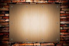 Metallplatten- und Schraube an der grunge Wand Lizenzfreie Stockfotografie