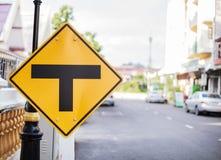 Metallplattenverkehrszeichen: Schnitt, Dreiwegekreuzung, Spalte, trennen sich Das Diamantformzeichen mit schwarzer T-Kreuzung an lizenzfreies stockfoto