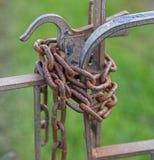 Metallportar begränsar vid den rostiga kedjan Royaltyfri Fotografi
