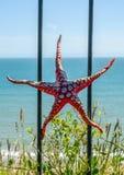 Metallprydnad på en balustrad i en kuststad, en symbolisk sta Royaltyfri Fotografi