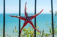 Metallprydnad på en balustrad i en kuststad, en symbolisk sta Royaltyfria Foton