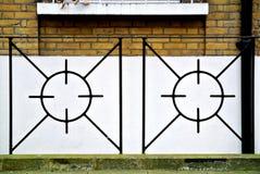 Metallräcke med den geometriska modellen, Arkivfoto